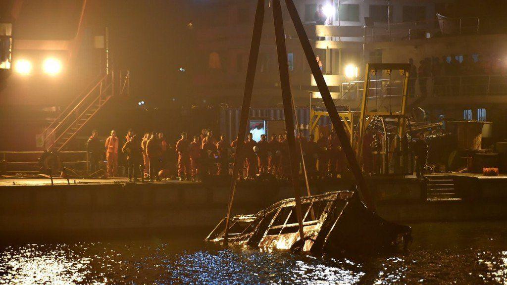 Un colectivo cayó de un puente en China por una pelea: 13 muertos