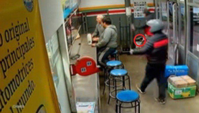 Las cámaras de un local registraron un asalto a mano armada. Mirá