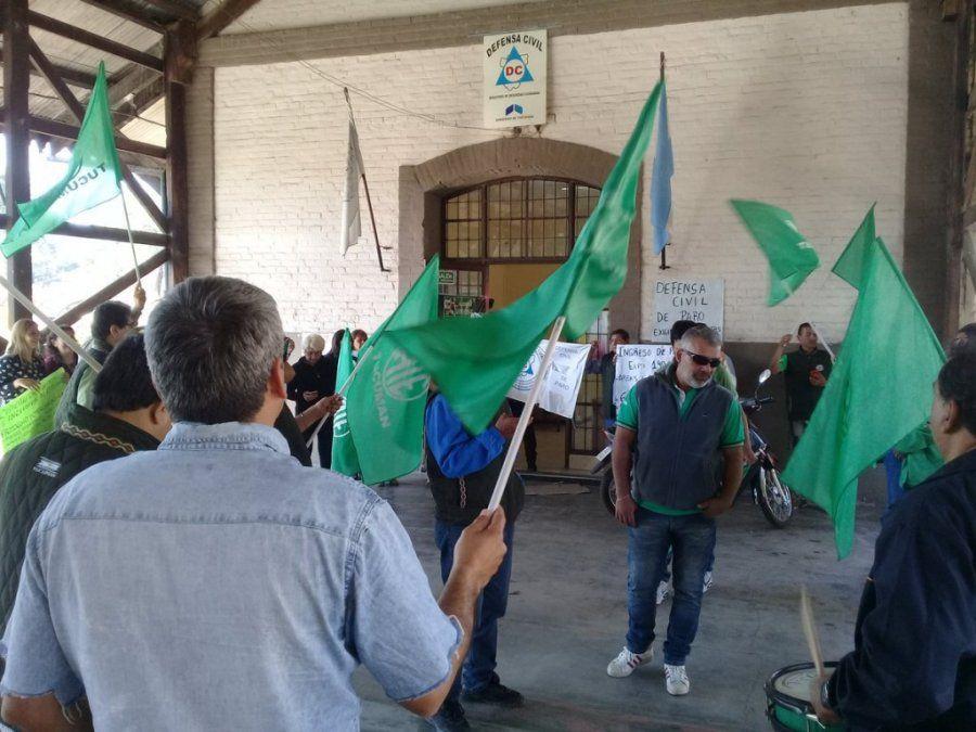 Continúa la protesta en Defensa Civil y hubo momentos de tensión