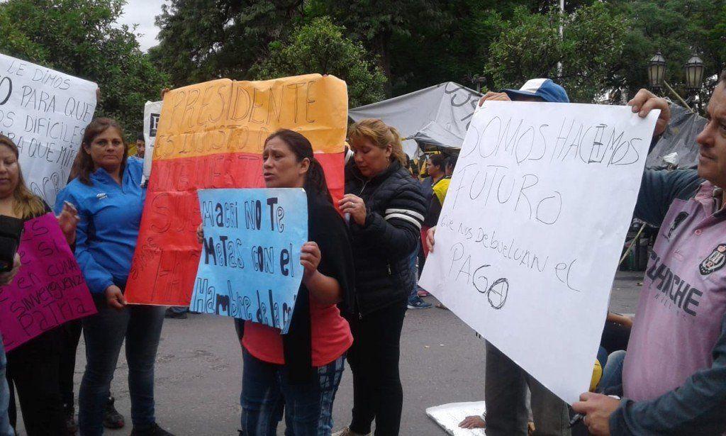 Beneficiarios del Programa Hacemos Futuro protestan en plaza Independencia