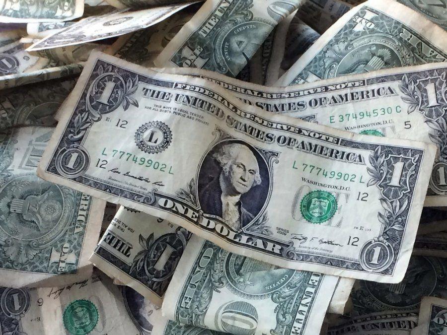 Tras el asueto en bancos, volvió a subir el dólar