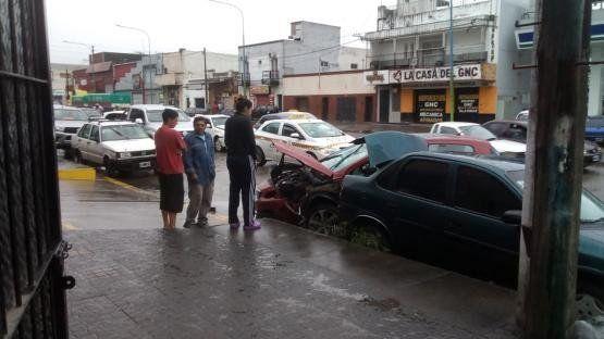 Perdió el control de su vehículo y provocó un múltiple choque