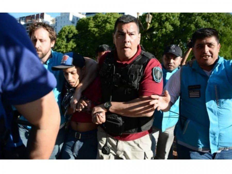 Presupuesto 2019: La policía se lleva detenido a dos manifestantes de las afueras del Congreso
