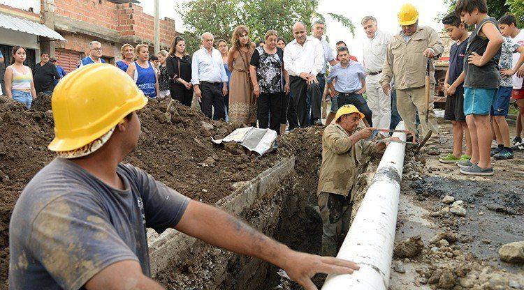 Avanzan las mejoras de la red cloacal en el barrio Floresta