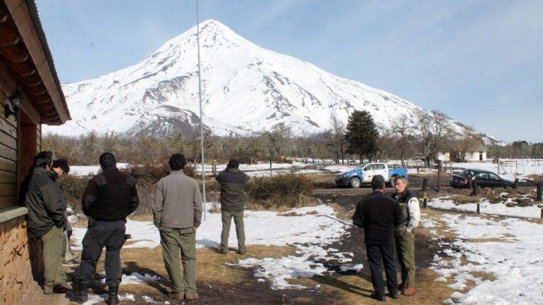 Un andinista que descendía del volcán Lanin cayó en una grieta y preparan rescate