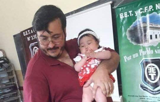 Un profesor salteño dictó clases alzando a la bebé de una alumna