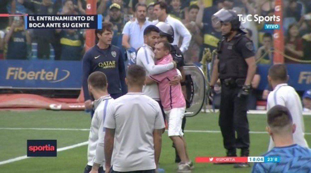 Tevez rescató a un hincha que se metió al campo de juego y se ganó otra ovación