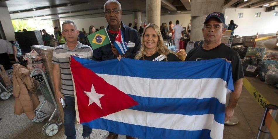 Médicos cubanos abandonan Brasil por críticas del nuevo gobierno