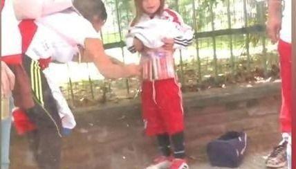 Una mujer envolvió bengalas en el cuerpo de su hija para ingresarlas al Monumental