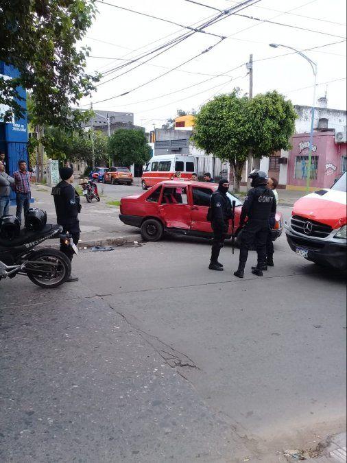 Accidente entre un transporte escolar y un automóvil en zona oeste de la capital