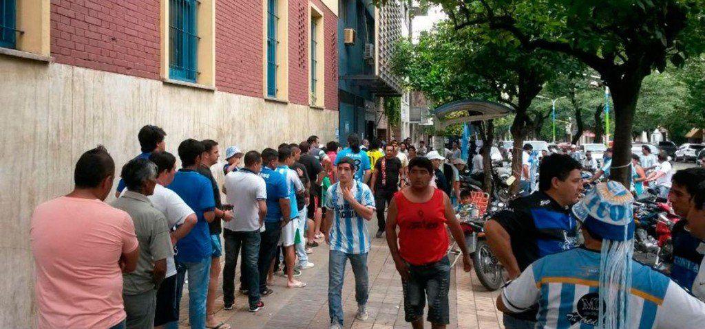 Los hinchas Decanos comienzan a adquirir sus entradas en la Liga Tucumana
