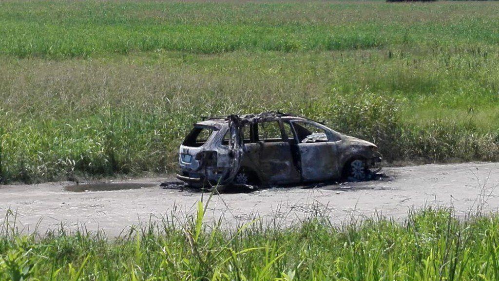Policías dispararon a un auto, se prendió fuego y sus ocupantes salieron ilesos