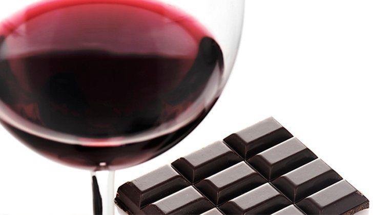 Un estudio afirma que el chocolate negro y el vino tinto alargan la vida