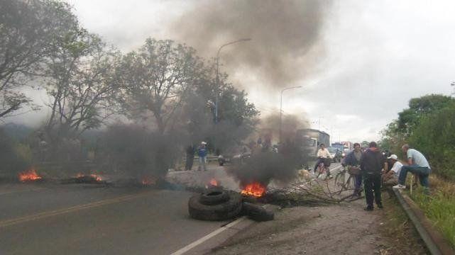 Trabajadores rurales cortan la ruta 38