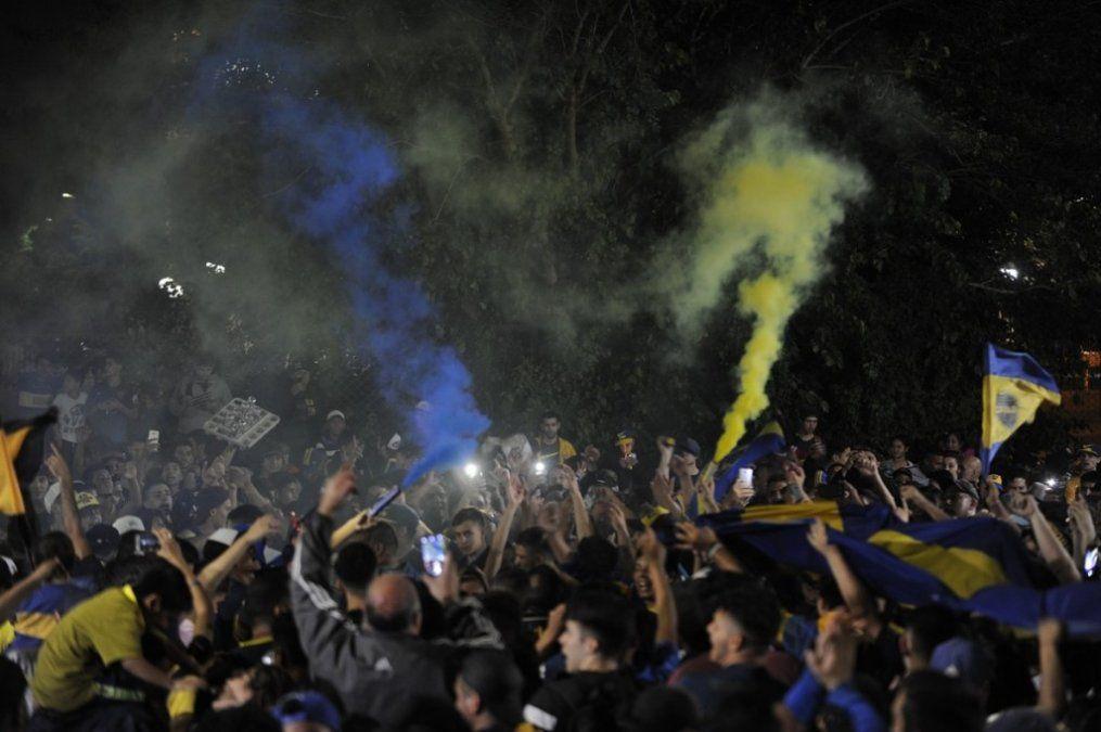Los hinchas de Boca despidieron al plantel con un banderazo