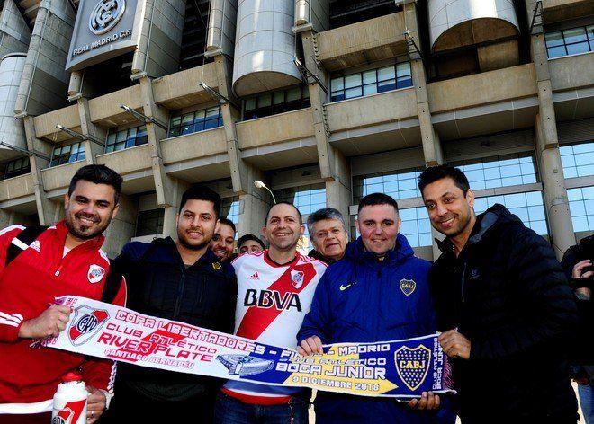 Hinchas de Boca y River posan juntos en Madrid