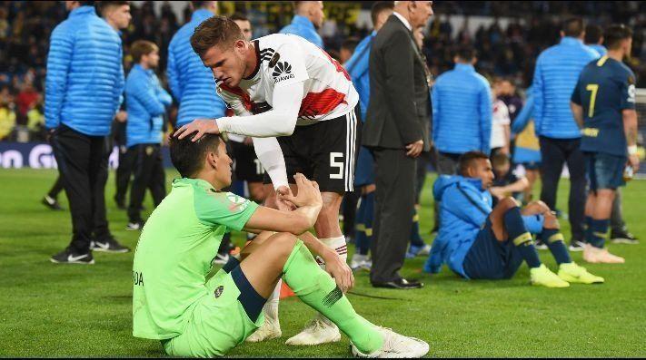 El consuelo de los jugadores de River a Pablo Pérez y de DOnofrio a Guillermo