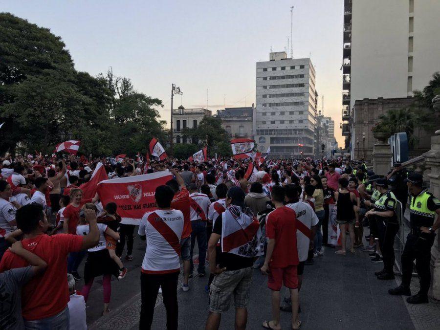 Los hinchas de River festejaron en plaza Independencia