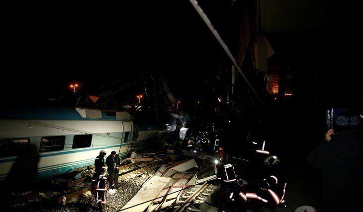 Chocó un tren de pasajeros en Turquía: dejó nueve muertos y 84 heridos