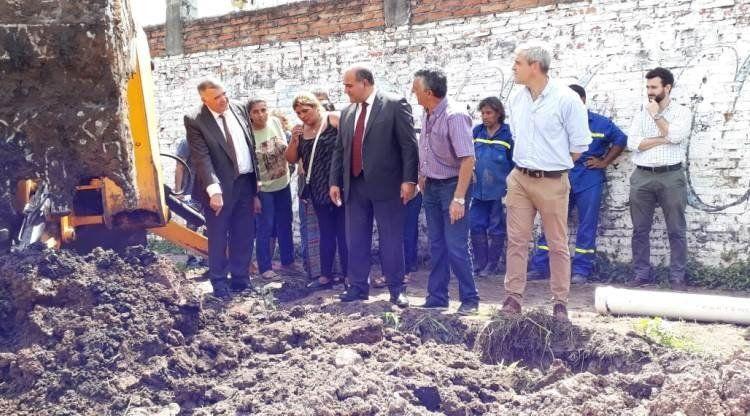 La SAT y Saneamiento renuevan la red cloacal en barrio El Cruce