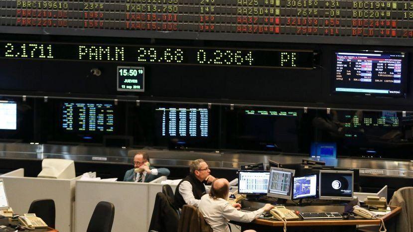 El riesgo país superó los 800 puntos, el registro más alto en cuatro años