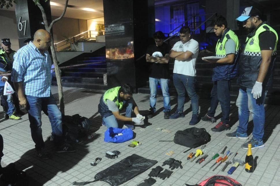 Robo en una financiera del microcentro: al huir dejaron una mochila con dinero pero fueron atrapados