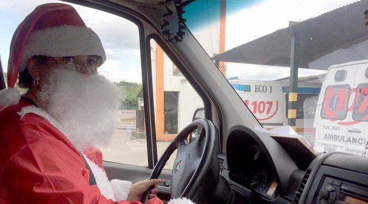 Vestida de Papá Noel, una chofer del 107 brindó amor a sus pacientes