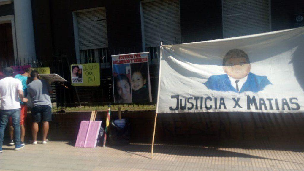Protestan en tribunales pidiendo justicia por sus hijos