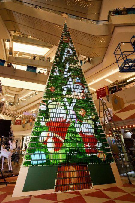 Contruyeron un árbol de Navidad gigante hecho con 1.000 celulares y rompieron un récord