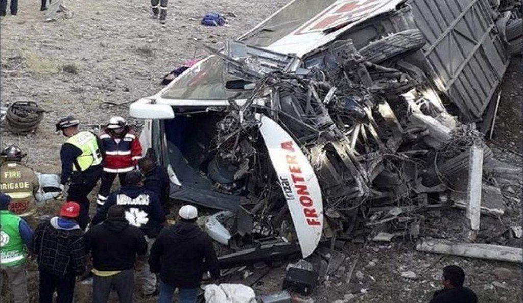 Un colectivo se desbarrancó y volcó en México: siete muertos