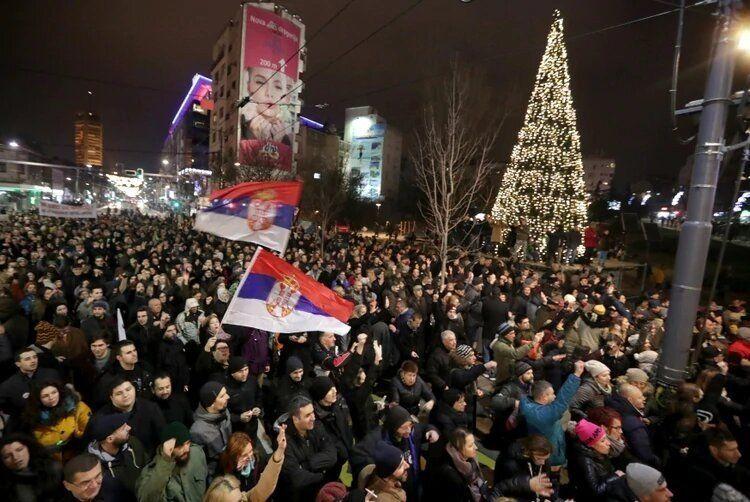 Miles de personas marcharon en Serbia en protesta contra el presidente