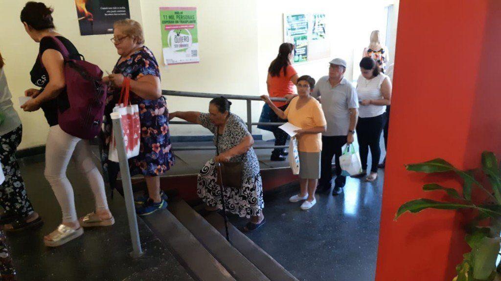 PAMI: Jubilados parados, aún con dificultades que se suman a la edad, hacen filas eternas para ser atendidos