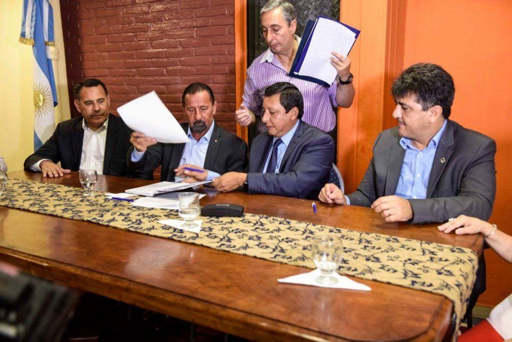 El Ejecutivo firmó convenios para acercar carreras de Educación Superior a La Banda