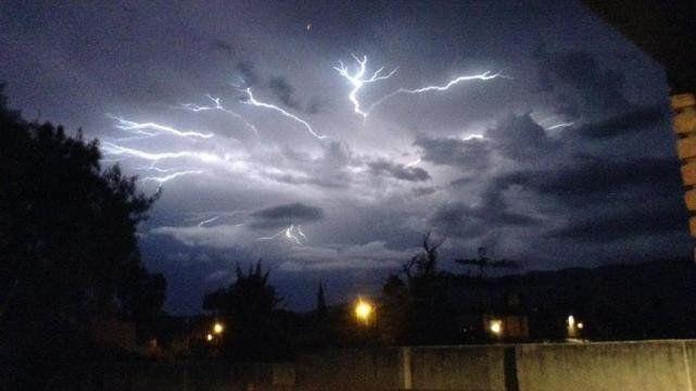Rayos, mucho ruido y vientos fuertes fue la tormenta registrada anoche