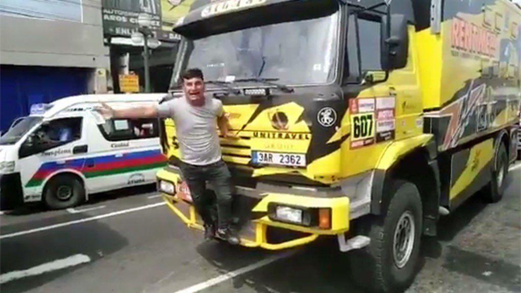 Posó para la foto y le arrancó la parrilla a un camión