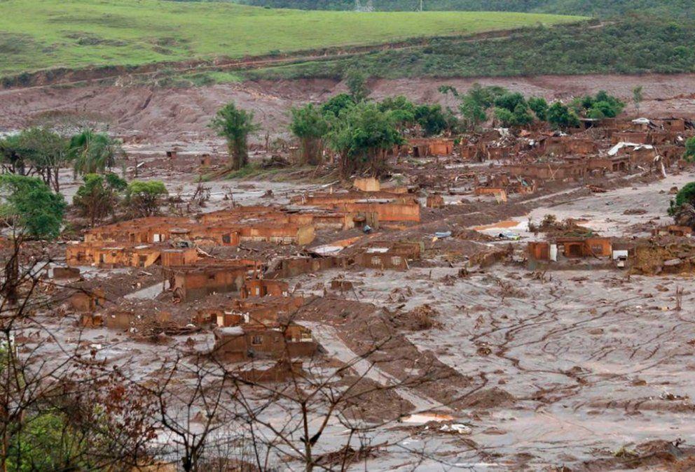 Brasil: colapsó un dique minero y buscan a 200 personas