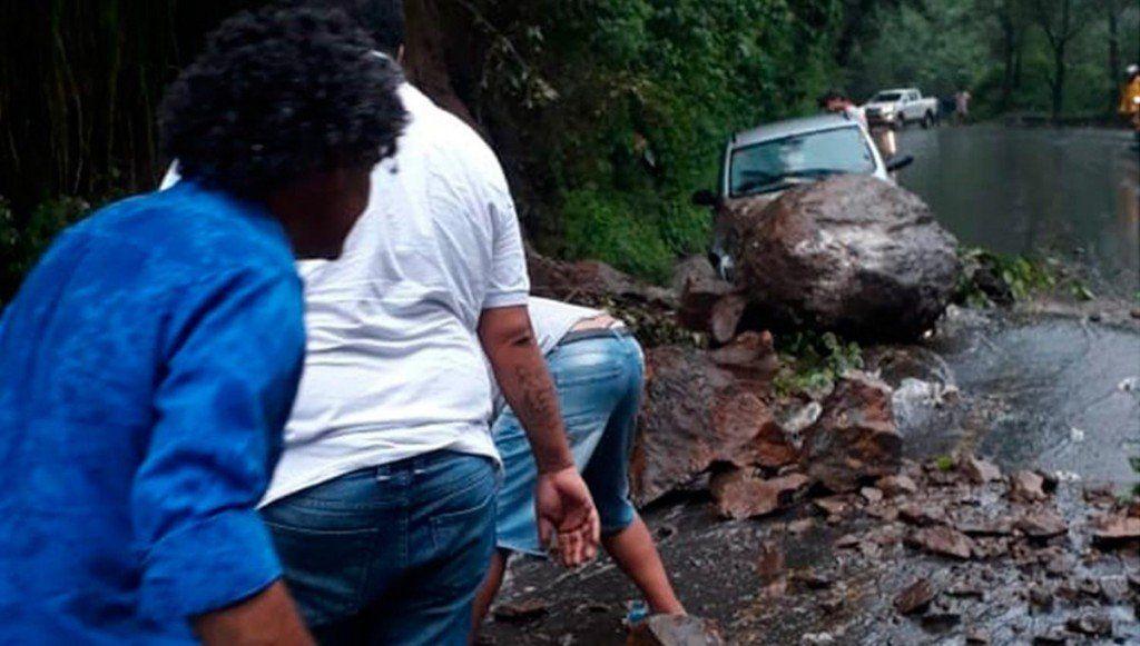 Se desprendió una piedra y cayó sobre un auto en el camino a los Valles