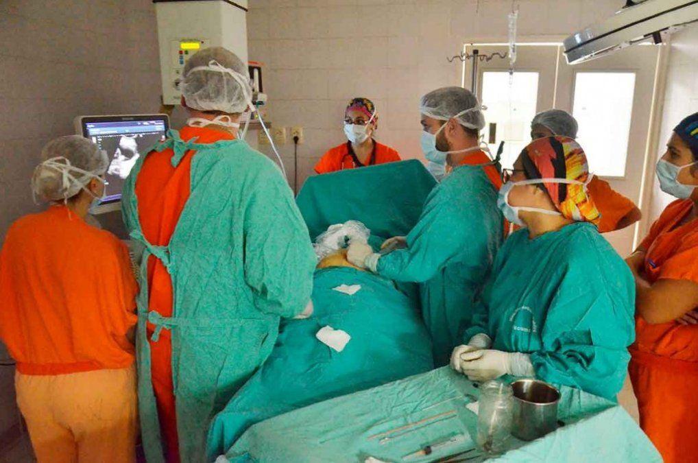 Realizaron una cirugía en vientre materno y salvaron la vida del bebé