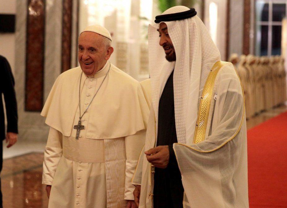 Francisco llegó a la península arábiga, en la primera visita de un Papa en la historia