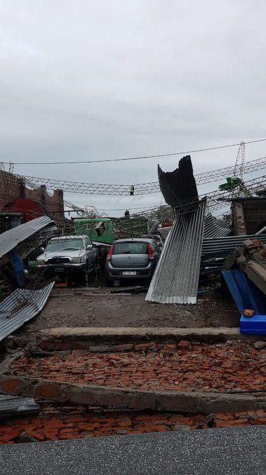 Hubo voladuras de techos por un tornado que afectó la zona este de Famaillá
