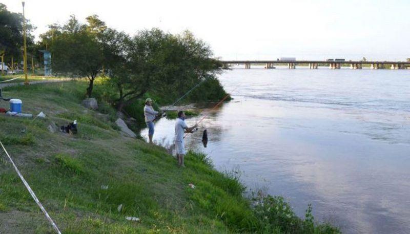 Rescataron de noche a dos pescadores aislados por una creciente