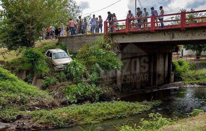 Un auto esquivó un puente y casi cae a un arroyo