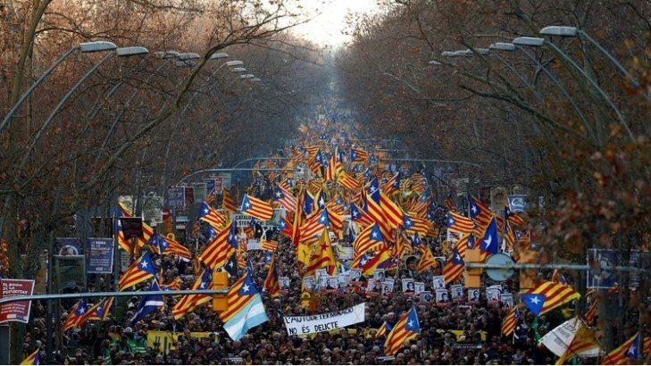 Masiva marcha en Barcelona contra el juicio a independentistas