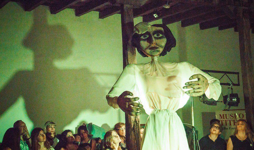 """Sube a escena la obra de títeres y marionetas: """"Lola: quién pisa fuerte deja huellas"""""""