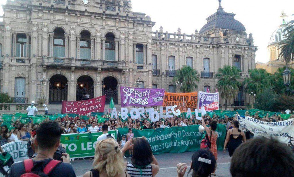 Tucumanos se sumaron al pañuelazo en favor del aborto legal