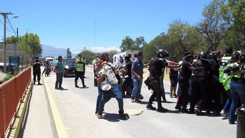 Reprimieron y detuvieron a tres docentes que se manifestaban en Cafayate