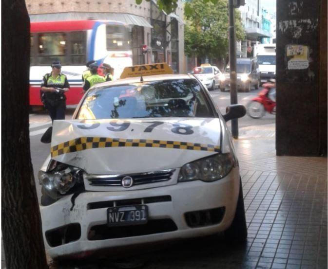 Accidente en 25 de Mayo y Córdoba: Un auto se dio a la fuga