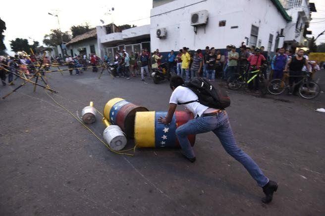 La Guardia Nacional se enfrentó con manifestantes en la frontera con Colombia