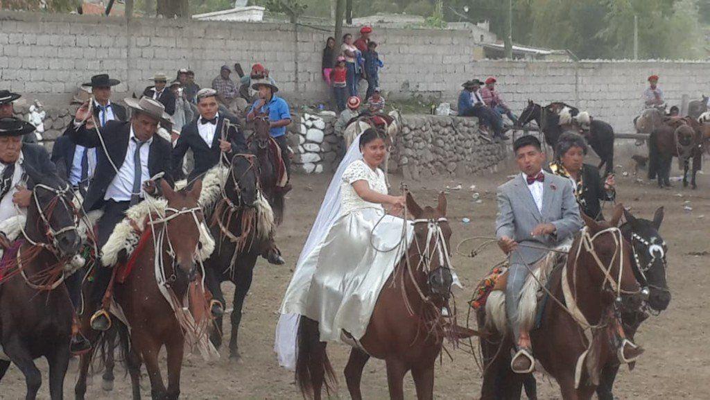 Desfile de carrozas alegóricas y casamiento a caballo en Tafí