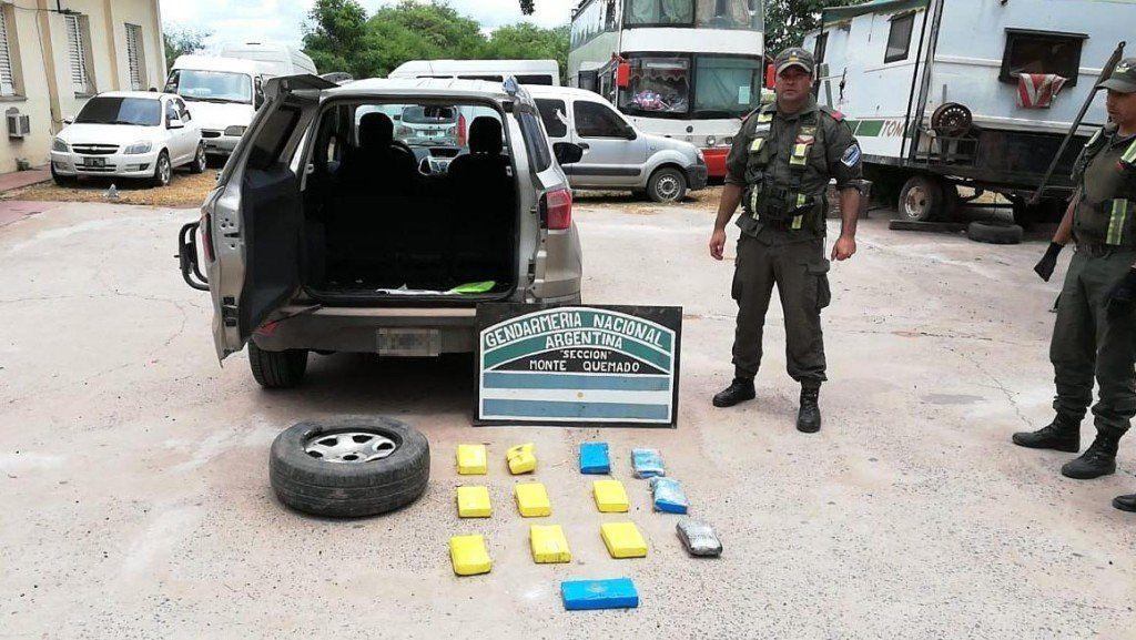 Detuvieron a dos personas que trasladaban cocaína oculta en la rueda de auxilio